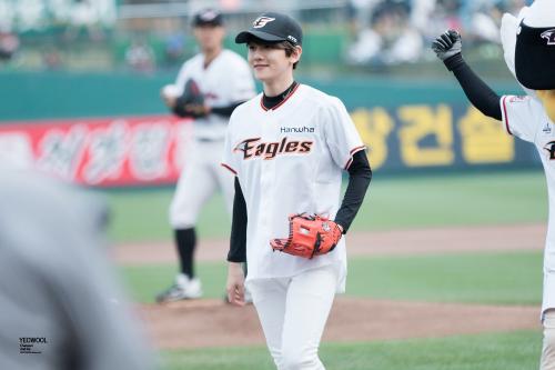 Baekhyun - 150616 SK Wywerns vs Hanwha Eagles opening pitch Credit: 여울. (SK 와이번스 vs 한화 이글스 시구식)