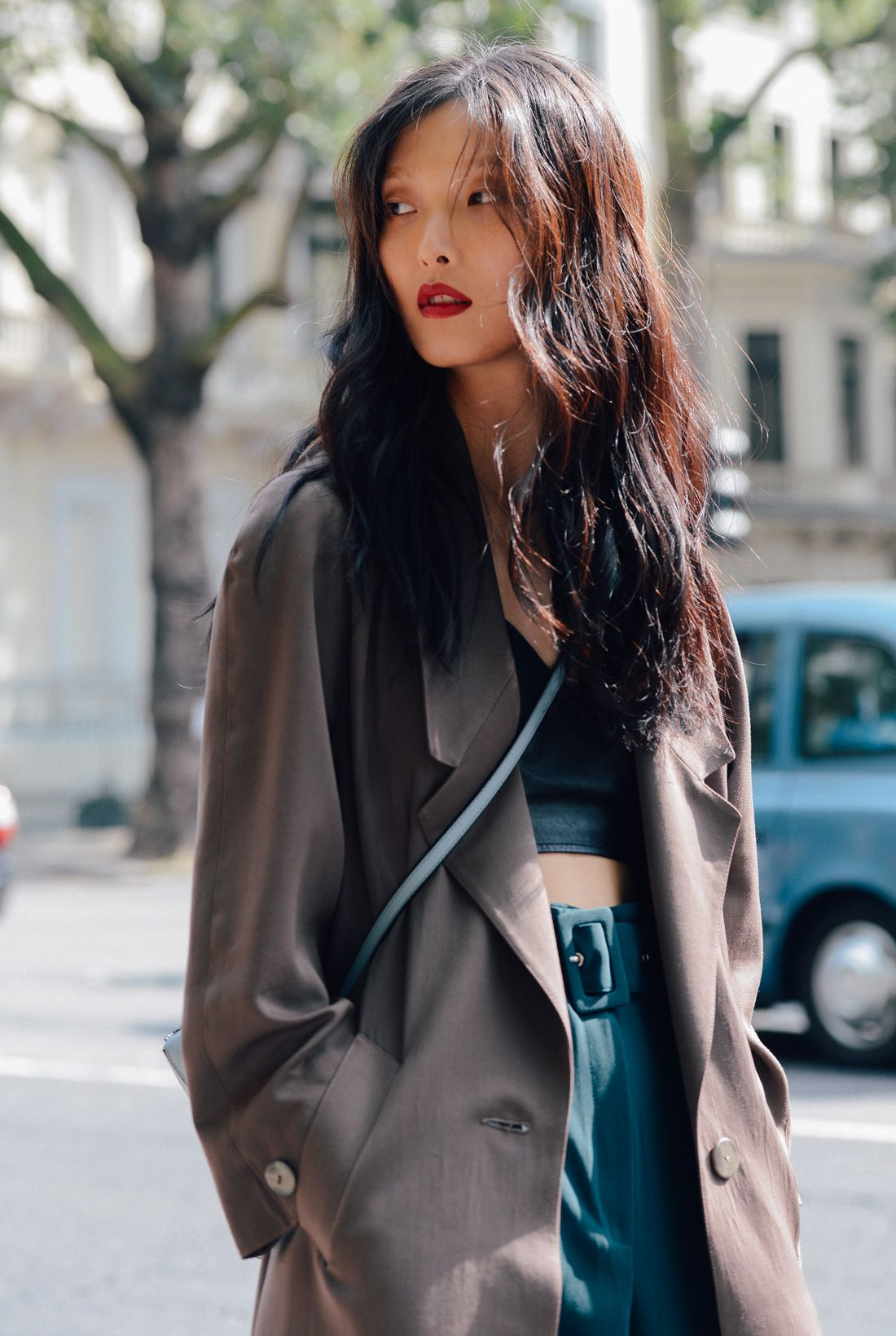 Street Style I fashion I minimalist outfit I kaki silk coat I teal crop top and cross body bag I red lipstick I beauty @monstylepin