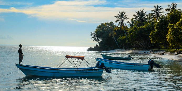 Boote an einem Strand der Dominikanischen Republik