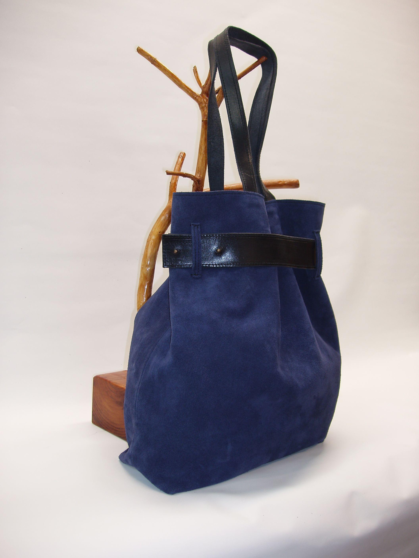 Bolso de ante azul combinado con cuero negro.