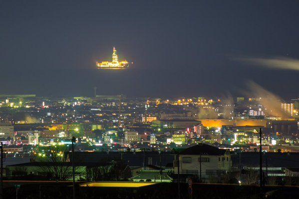 「駿河湾で何か巨大なものが光ってる!」と思って調べてみたら地球深部探査船「ちきゅう」が来てるんですね。夜中にも関わらず撮りに出てしまいました。 建物と比べるととても大きく感じますねぇ ('ω' ) 撮影:富士市大淵・静岡市蒲原