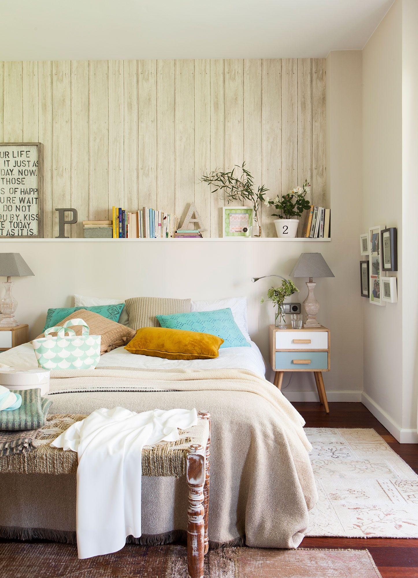 Dormitorio con cabecero con estante, mesilla de noche look 60\'s ...