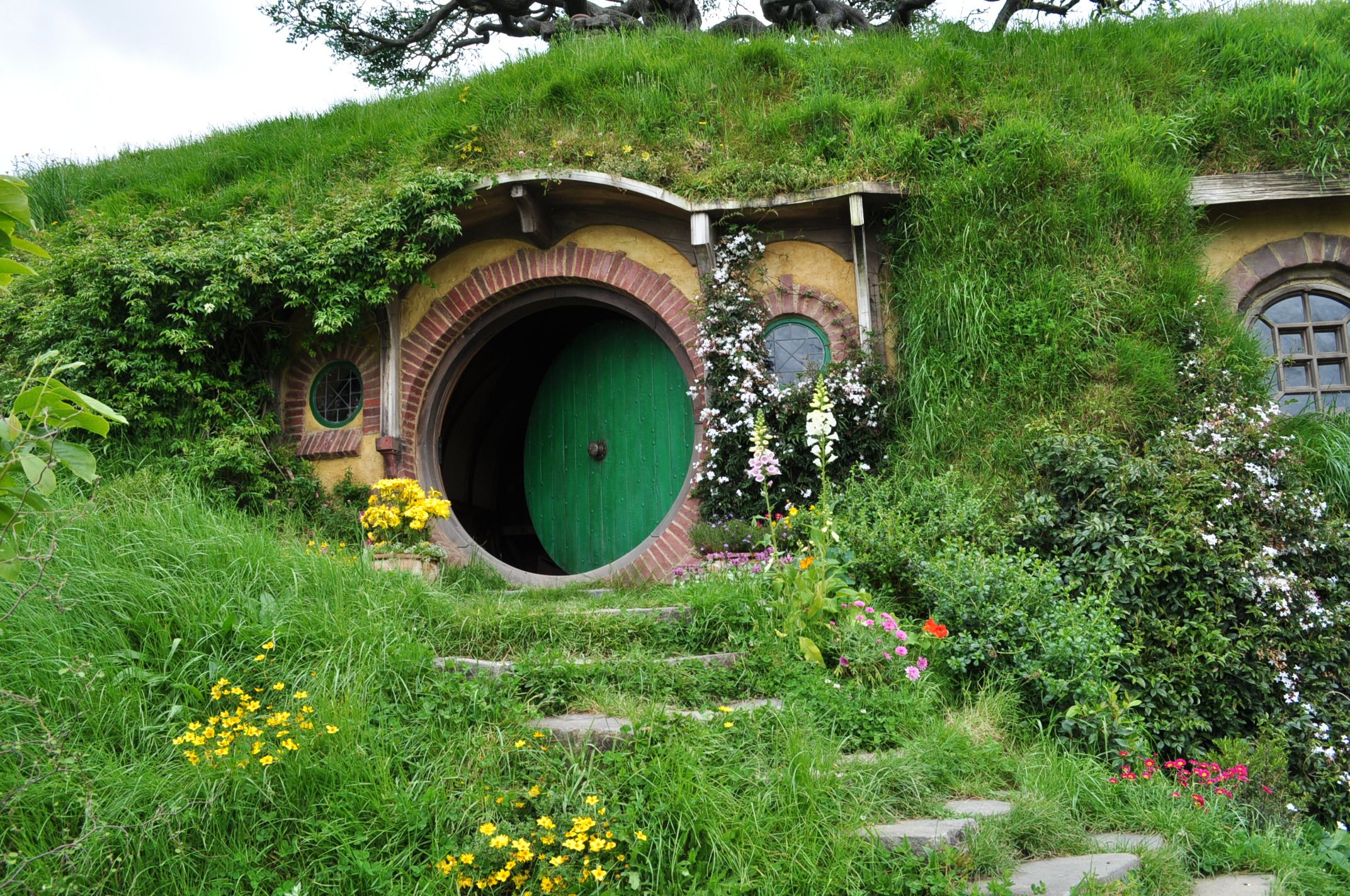 architecture hobbit house design with round door and