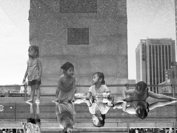 [2012.10.22] 아이들의 동심 X10    후지필름 4기 객원리포터 서강대 김종환 님의 작품입니다.    광화문 광장에서 신나게 물놀이를 즐긴 후 아이들의 표정과 자세가 제각각인데요.    즐거워 보이는 아이들에게서 때 묻지 않은 동심이 느껴집니다^^    <사진정보>    조리개값: F/8  노출시간: 1/60초  ISO감도: ISO-125  초점거리: 20mm    http://blog.naver.com/fujifilm_x/150145989304