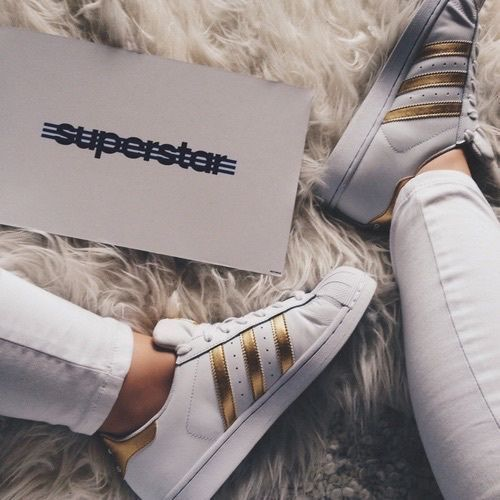 zapatillas adidas superstar blanca y dorada
