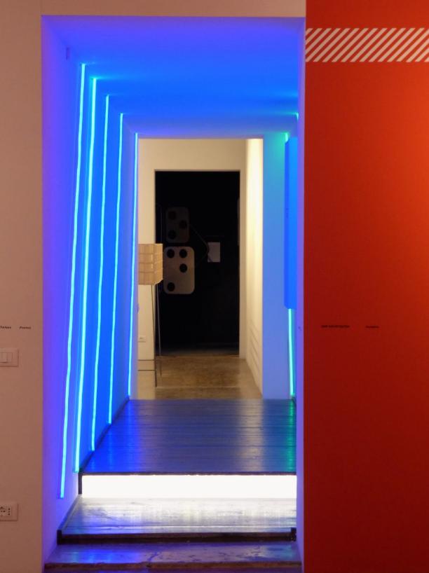 Blaues Licht und rote Wand, Architektur Bienale, Venedig - Foto: S. Hopp