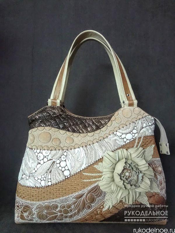 Форма одной сумочки + оформление с другой сумочки = что то новенькое .По новому расположились и кусочки тканей .Любимая мною стежка ,а это интересный и кропотливый труд .Для обратной стороны сумочки используется ткань похожая на кожу-замшу .Цветок и обрамление ручек из натур .кожи .Дно плотное ,на ножках .Сумочка хоть и мягкая ,тканевая ,но достаточно хорошо держит форму .Внутри много карманов . https://rukodelnoe.ru/catalogue/bags/womans/sumka-kofeyno-slivochnyy-miks---37204.html…