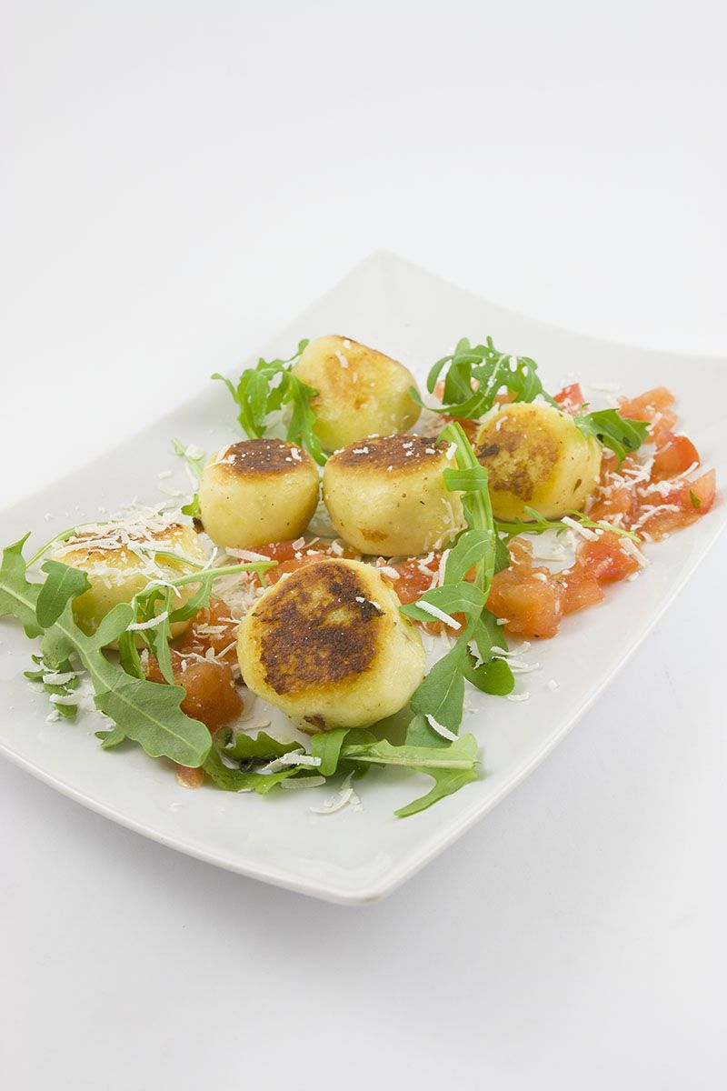 Ruccola gefüllte Gnocchi an einer Tomatensalsa