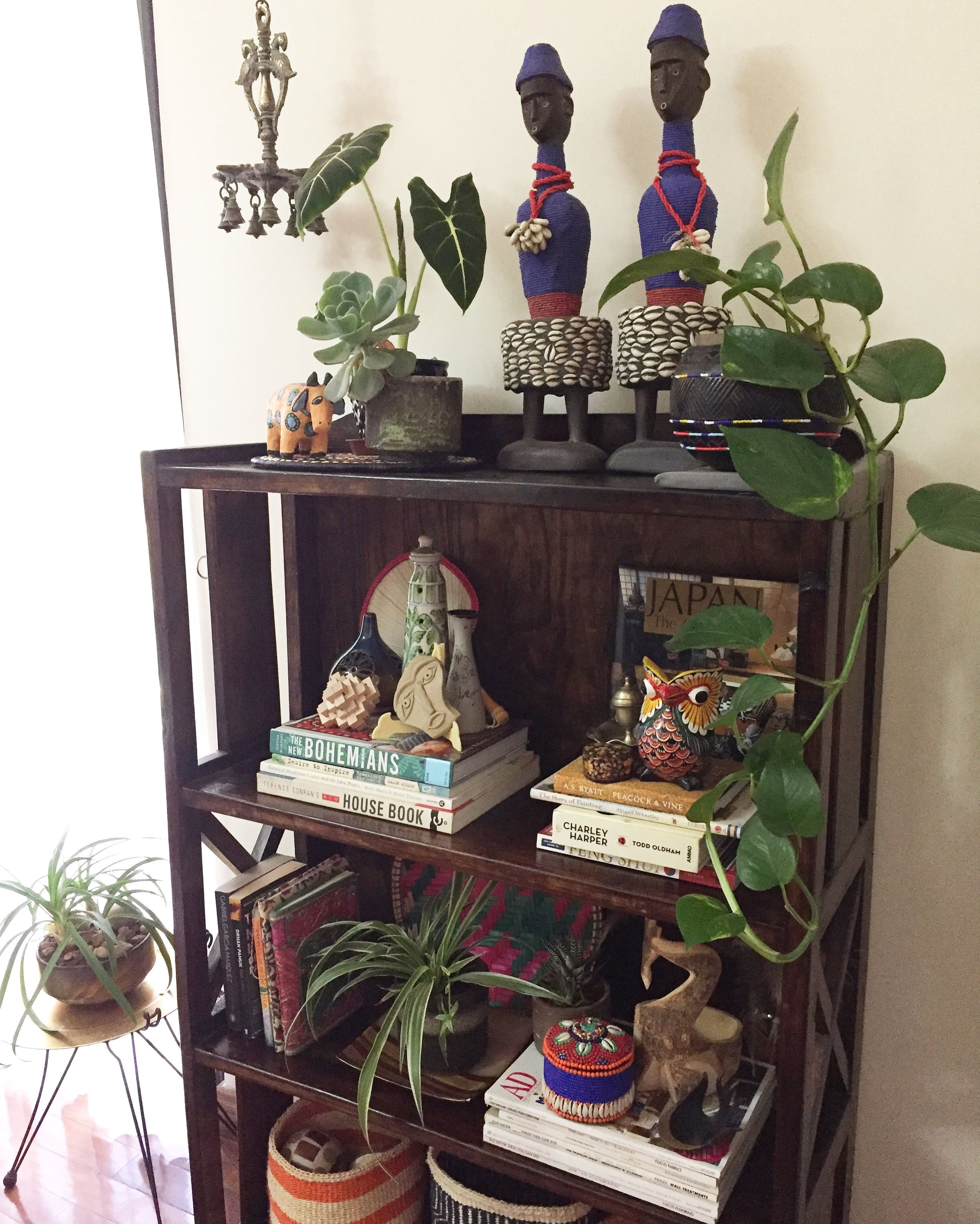 Jungalowstyle Shelfie, dolls from Cameroon, decorating