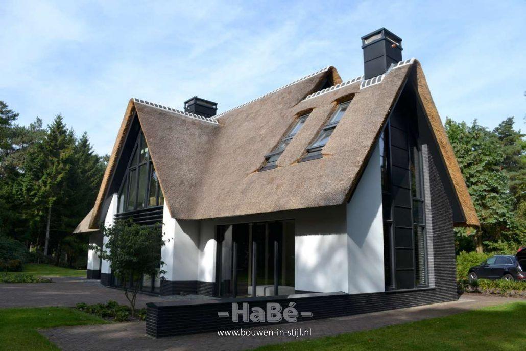 Nieuwbouw moderne villa met rietgedekte kap huizen for Kleine huizen bouwen