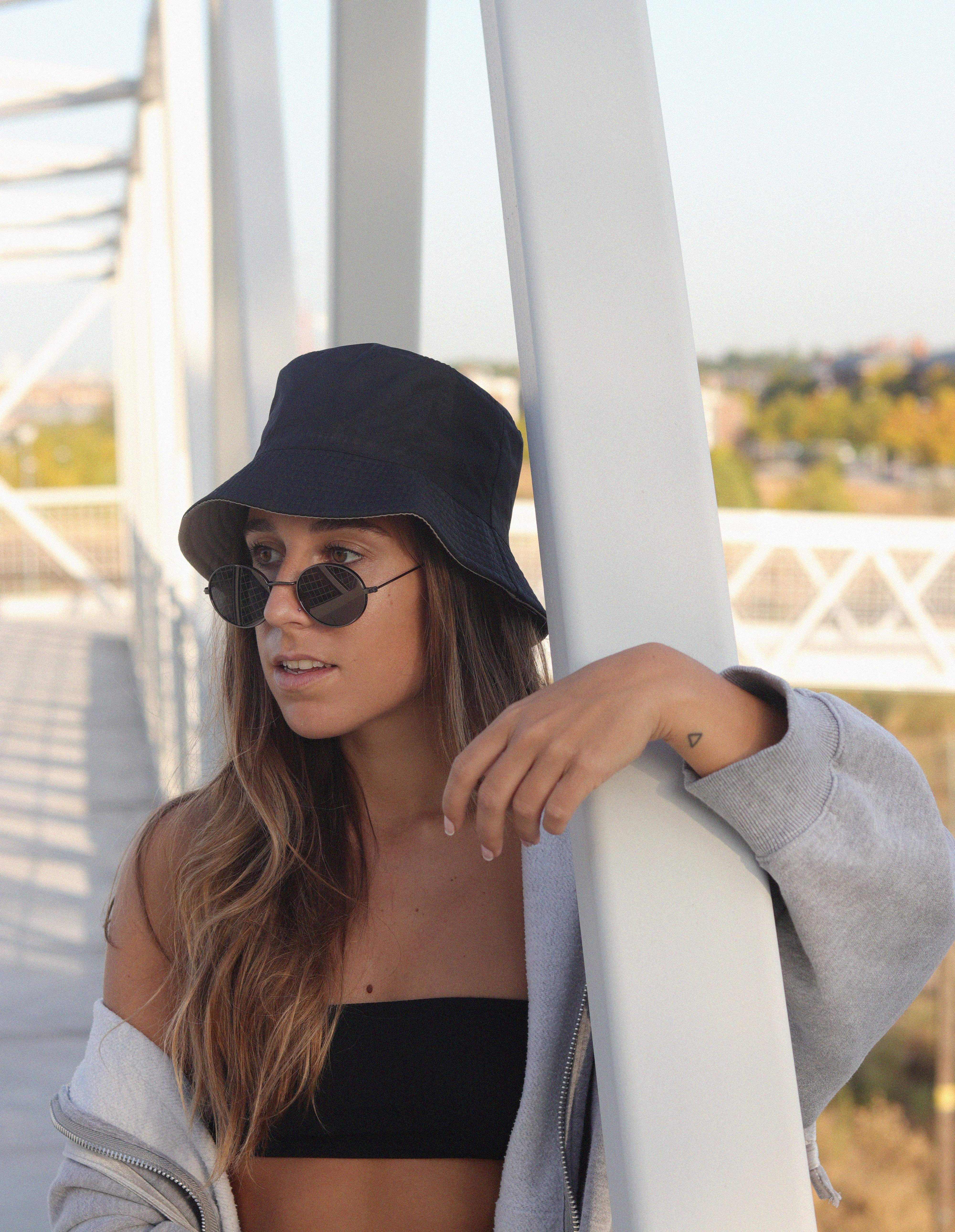 How I Wear A Bucket Hat Trendencies Blog Sunglasses Photoshoot Bucket Hat Outfit Outfits With Hats