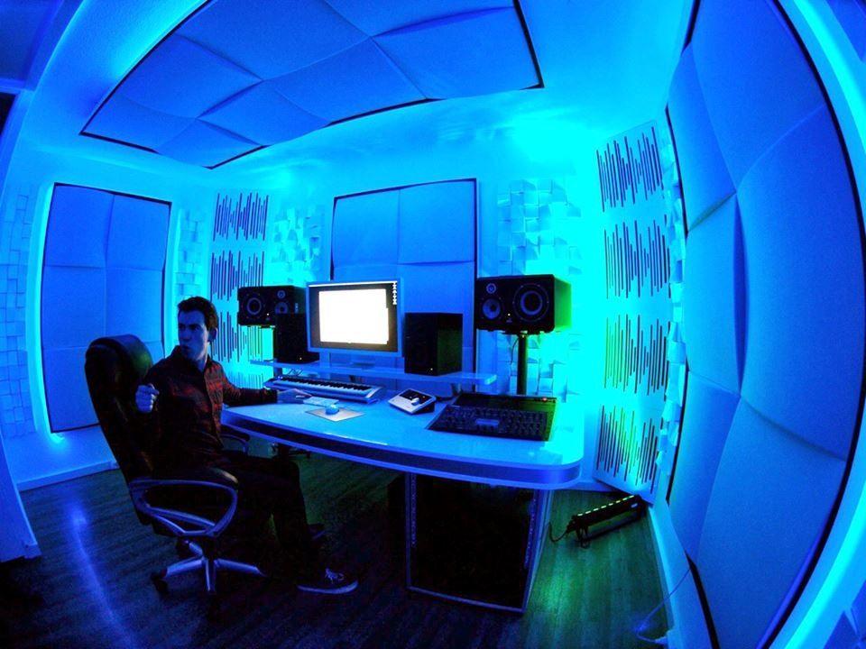 Hardwell in the studio...