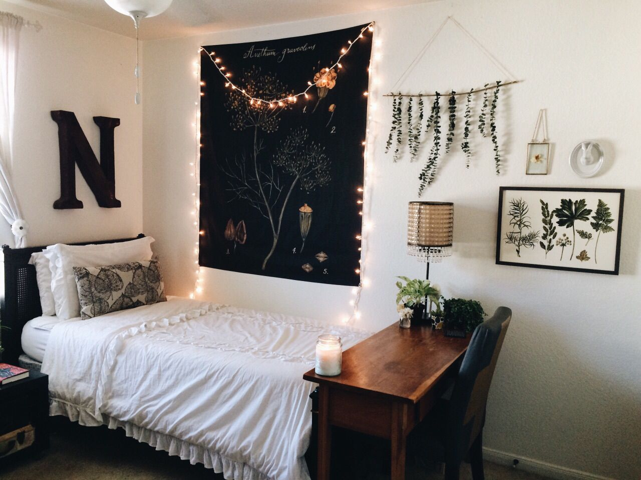 I Love The Wall Decor Of The Hanging Leaves I Want To Make One
