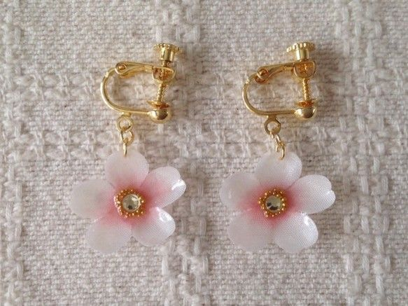 すべて一枚一枚染めて、こてあてした染め花を樹脂加工したものです。軽くてセルロイドの風合いにも似ていて、型崩れの心配もありません。桜のような可愛いイヤリングです... ハンドメイド、手作り、手仕事品の通販・販売・購入ならCreema。