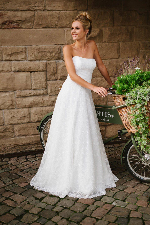 Hochzeitskleid trägerlos mit weitem Rock, Spitze und Corsage