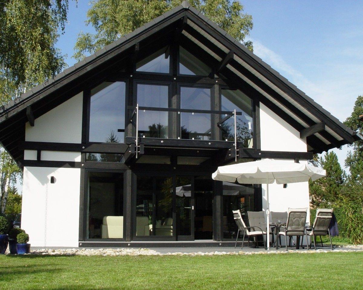 Modernes Fachwerkhaus in weiß mit viel Licht und Raum zum