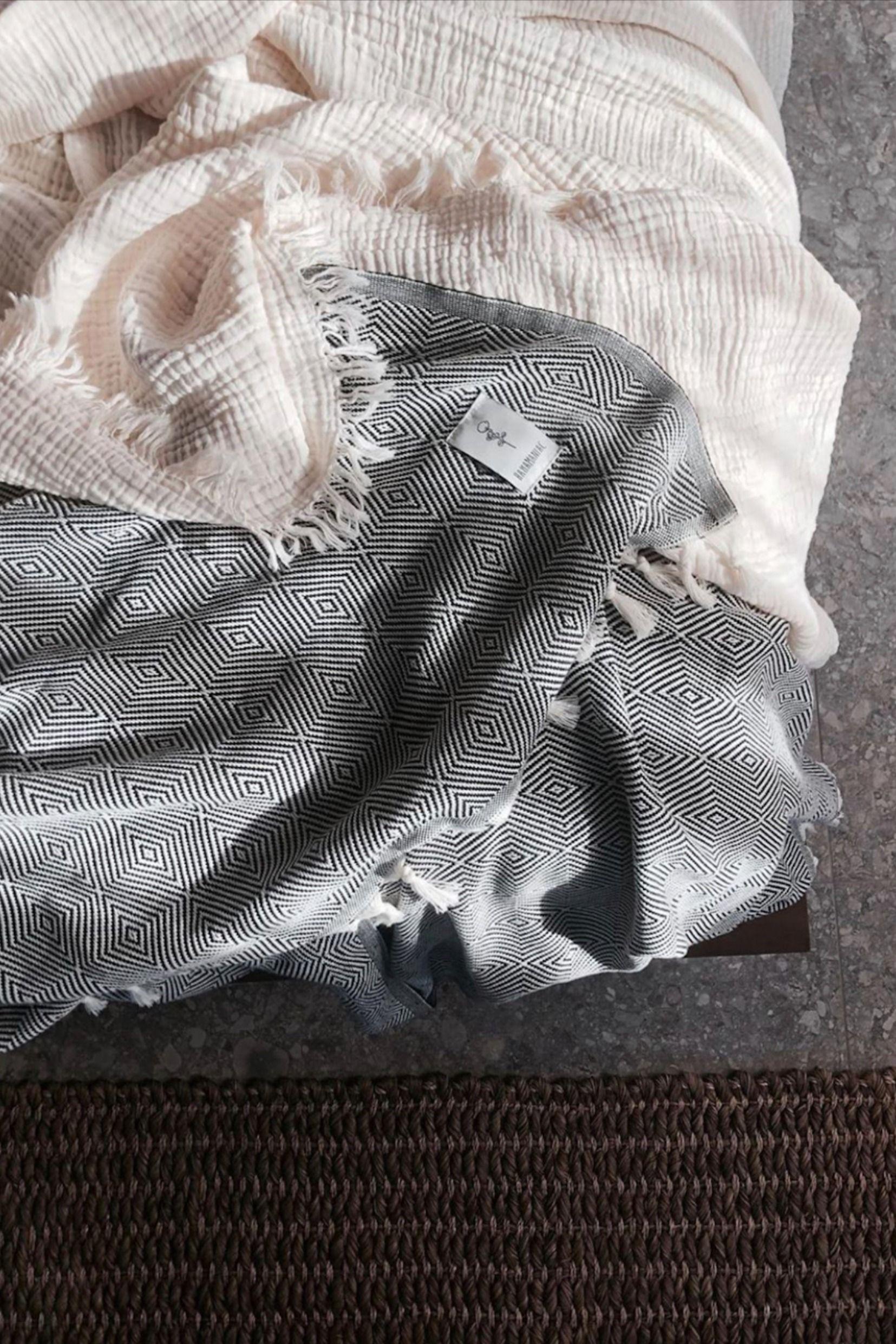 Entdecke schicke Tücher und handgefertigte Decken aus Baumwolle bei Studio Fjer #handmade #wohnaccessoires