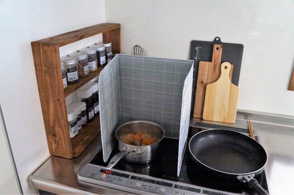 油はね対策はこれでバッチリ コンロ周りの調味料ラックにはセリアのクックガードが効果抜群 キッチン間取り まな板 収納 リビング キッチン
