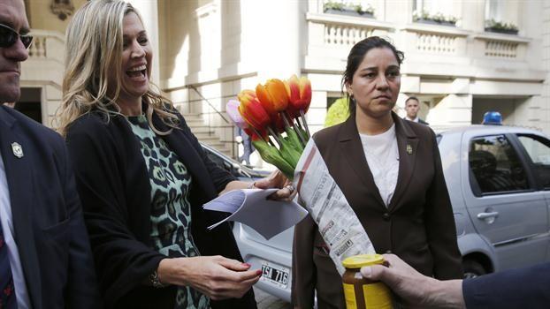 Maxima sale del Hotel Palacio Duhau rumbo a la UCA y recibe un ramo de tulipanes y un dulce de leche como recuerdo. Foto: LA NACION / Fabián Marelli