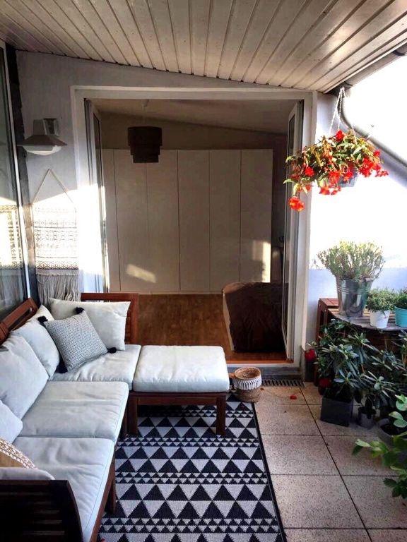Traumhafter Balkon mit Ecksofa und Vordach #Balkon #Einrichtung