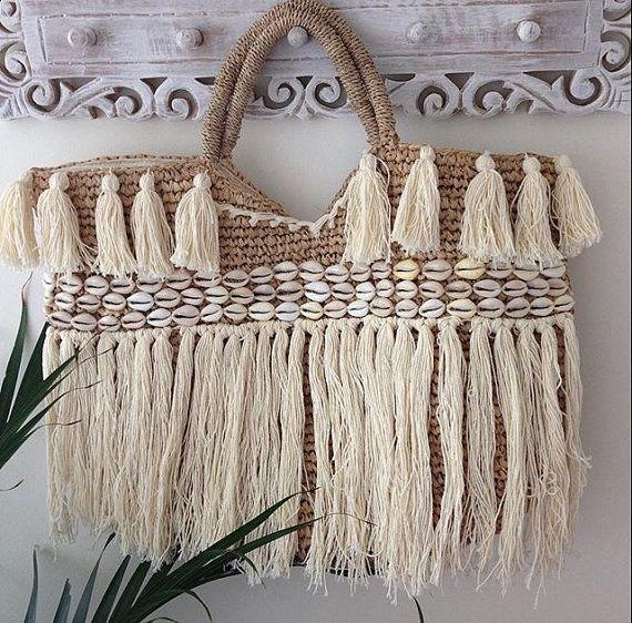 sac de plage raphia avec pompon et coquillage garniture est le panier parfait pour la plage ou. Black Bedroom Furniture Sets. Home Design Ideas