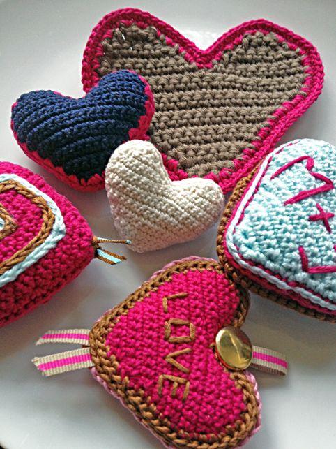 Herz häkeln und stricken zum Valentinstag | Herz häkeln, Herzchen ...
