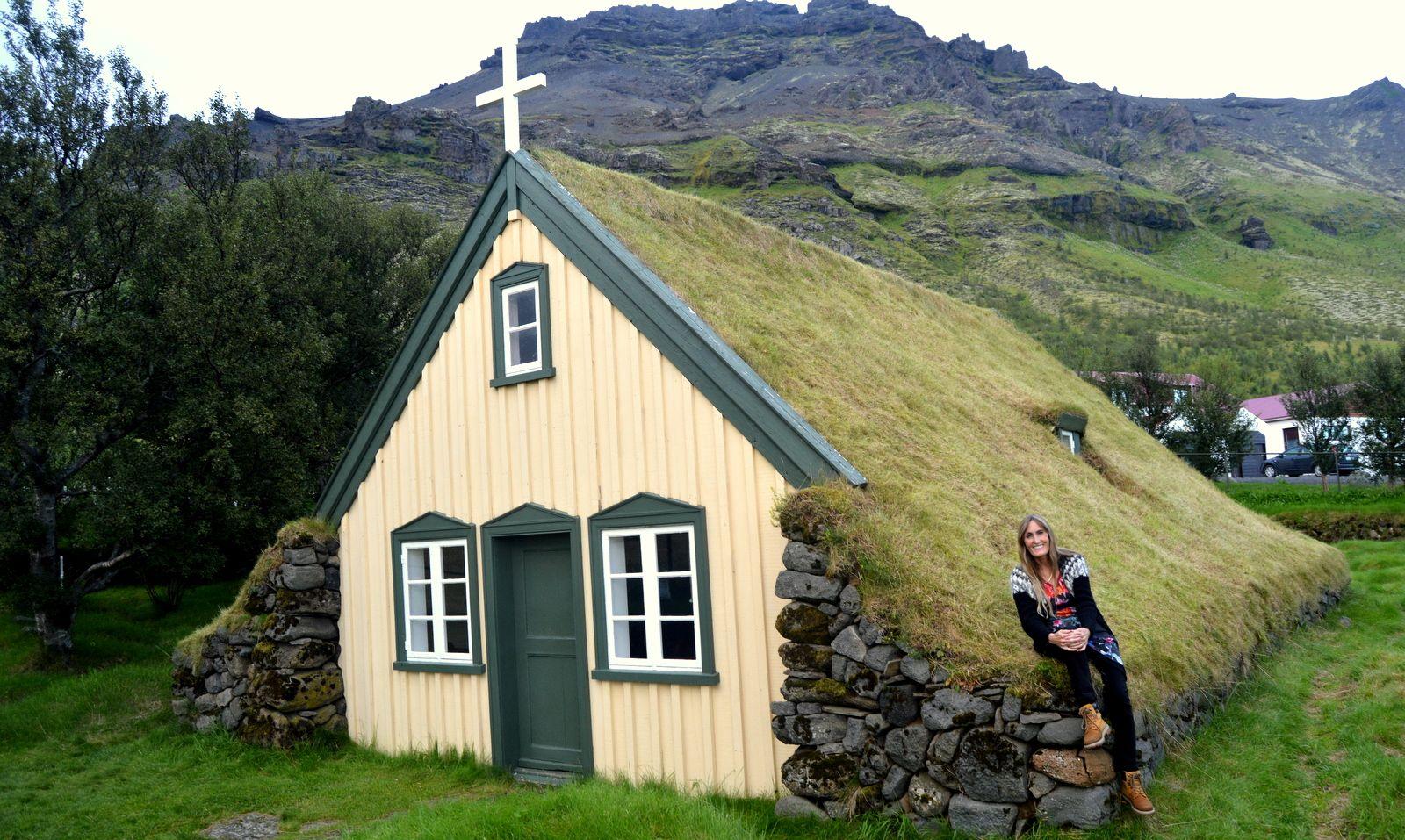 Hofskirkja turf church in Öræfi   Underground homes, Earth ... on iceland homes, icelandic style homes, icelandic turf houses,
