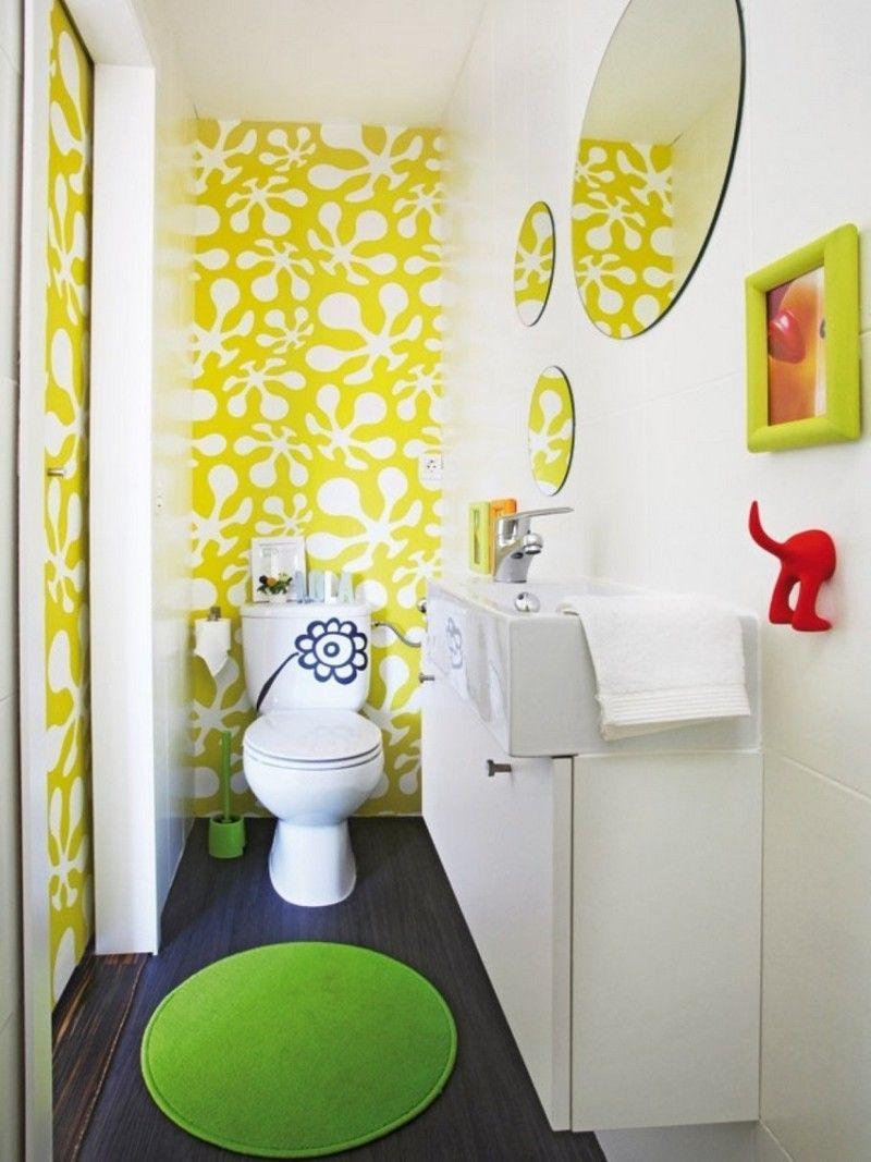 Petite Salle De Bain Colorée Avec Une Peinture Murale Blanche Et Jaune à  Motifs Taches Blanches Et Aux Accents Verts
