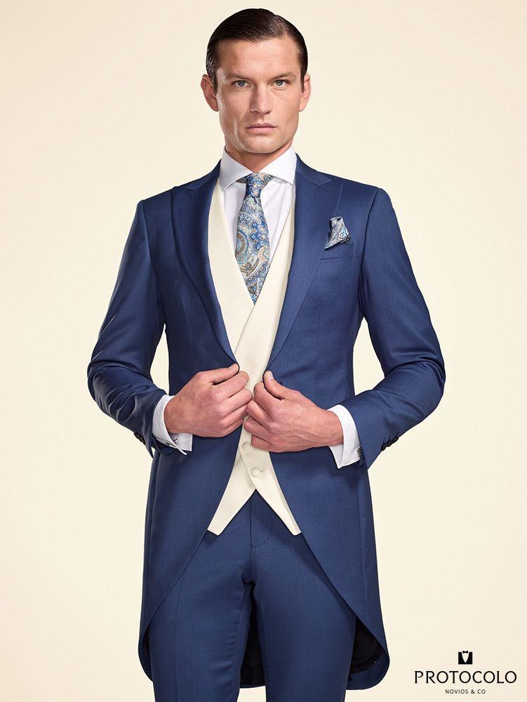Chaqué inglés para novio azul LORETO combinado con el chaleco semicruzado  crudo y la corbata con estampado de fantasía. dee4a32c38e