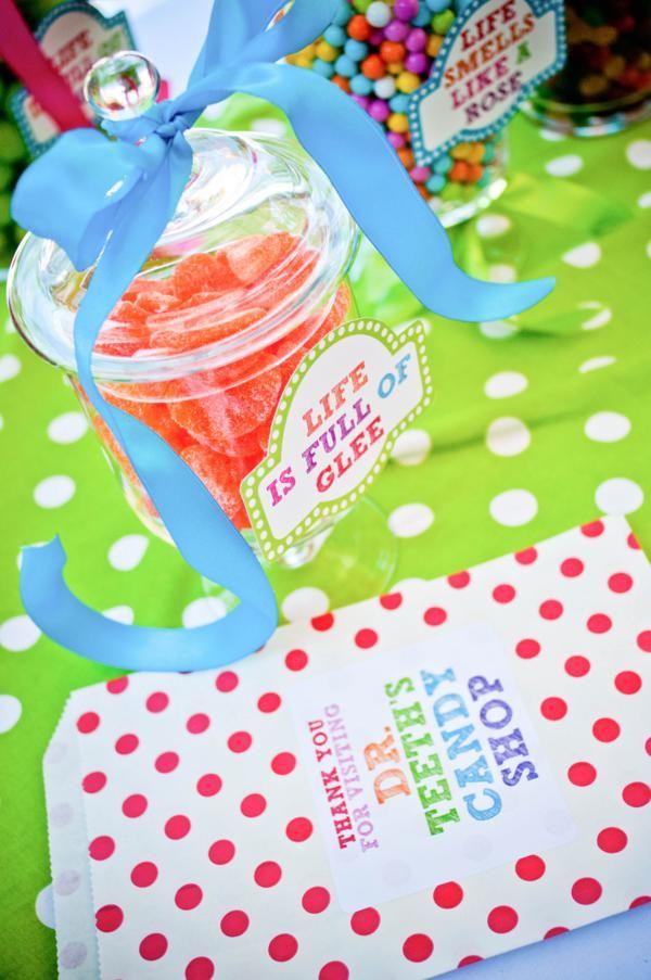 Synttäreille: karkkeja kippoihin + pienet paperipussit niin ei oo lautasilta pitkin lattioita karkit. :)