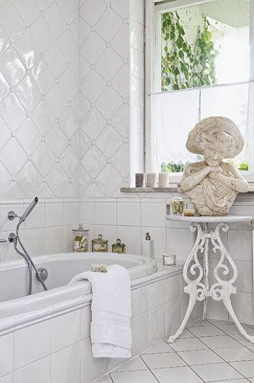łazienka W Aranżacji Rodem Z Półwyspu Iberyjskiego Białe