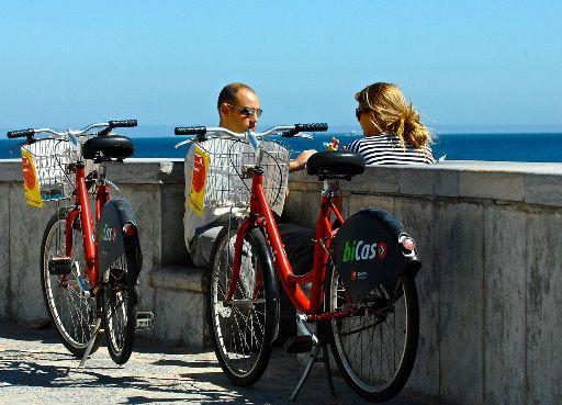 Ausflug mit dem Fahrrad an der Küste -   Wenn es in Lissabon im Sommer so richtig heiß wird, macht ihr es am besten wie die Einheimischen und fahrt mit dem Zug an die Küste, um euch dort ein wenig abzukühlen. Falls es euch ein wenig zu langweilig ist einfach nur am Strand zu liegen, könnt ihr euch in dem Küstenort Cascais kostenlos Fahrräder mieten und damit die kilometerlangen Fahrradwege entlang der Küste erkunden.  Preis: 5 – 10 Euo für das Zugticket