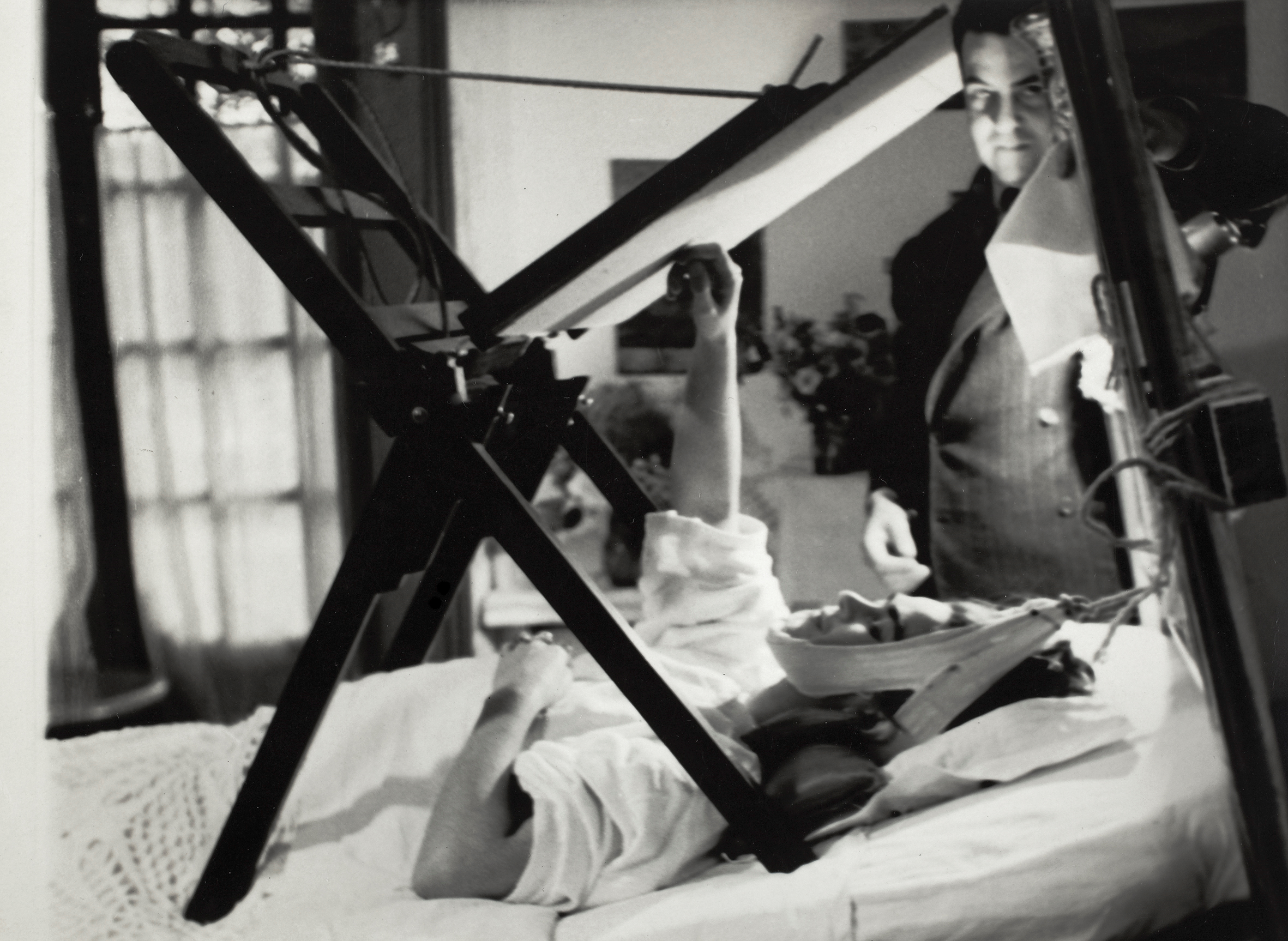 Frida painting in her bed, Anonymous, 1940