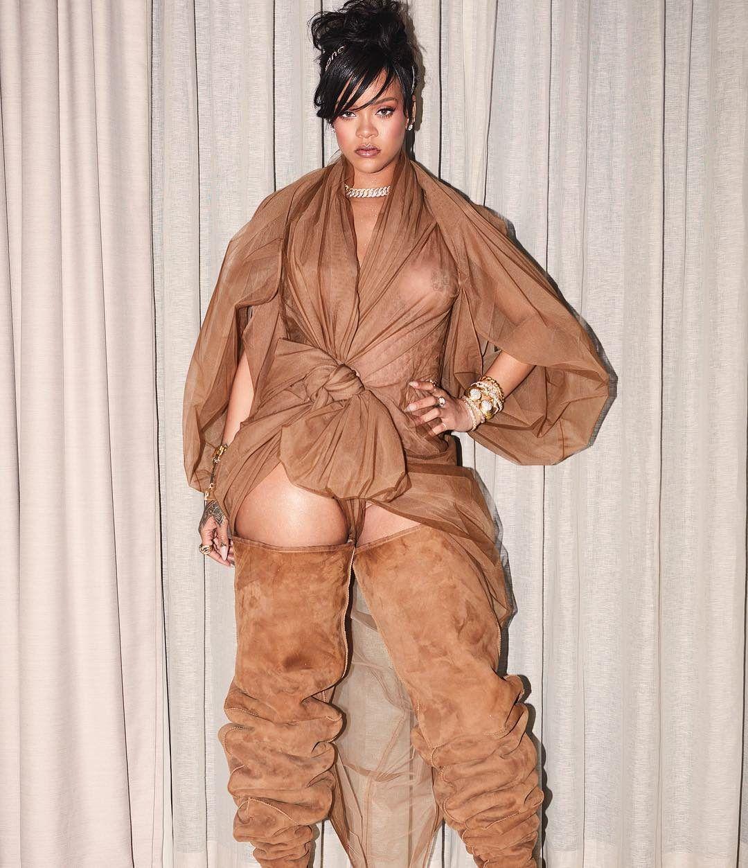 Il look di Rihanna al Coachella aveva laccessorio da drink definitivo per tutte recommendations