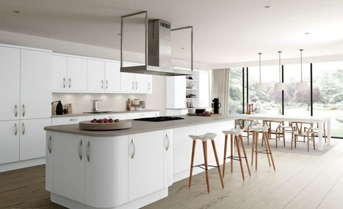 breite Küche mit Frühstücksbar mit drei Hochstühlen, Fenster bis zum - küchen wanduhren design
