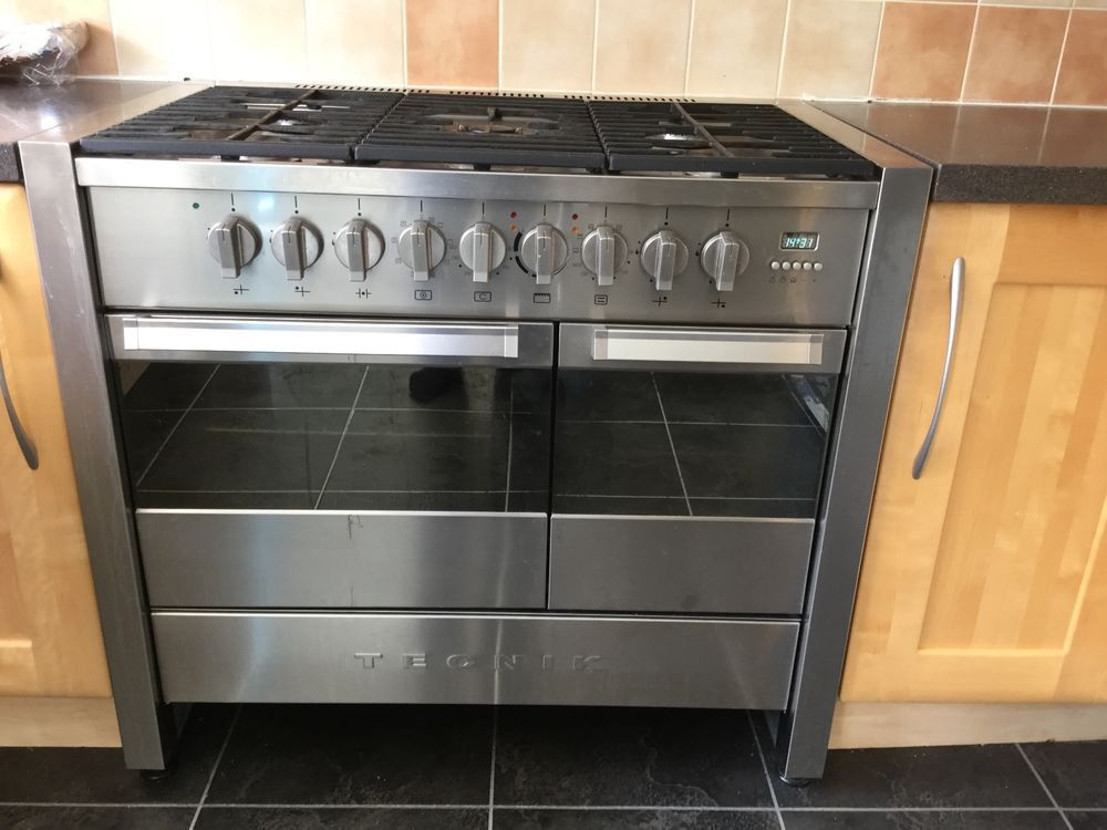 Tecnik range cooker with 5 ring gas hob and double electric oven. In good,