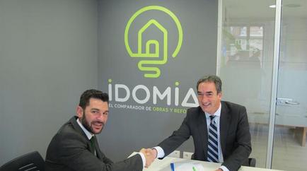 ¡Conócenos! Queremos presentarte a los miembros del equipo profesional de IDOMIA. Empezamos por Javier Bautista; nuestro director de Marketing. En esta foto le podemos ver firmando nuestro recién firmado acuerdo por el que IDOMIA se convierte en el nuevo Colaborador Oficial de la Liga Nacional de Fútbol Sala para la Copa de España Logroño 2014.