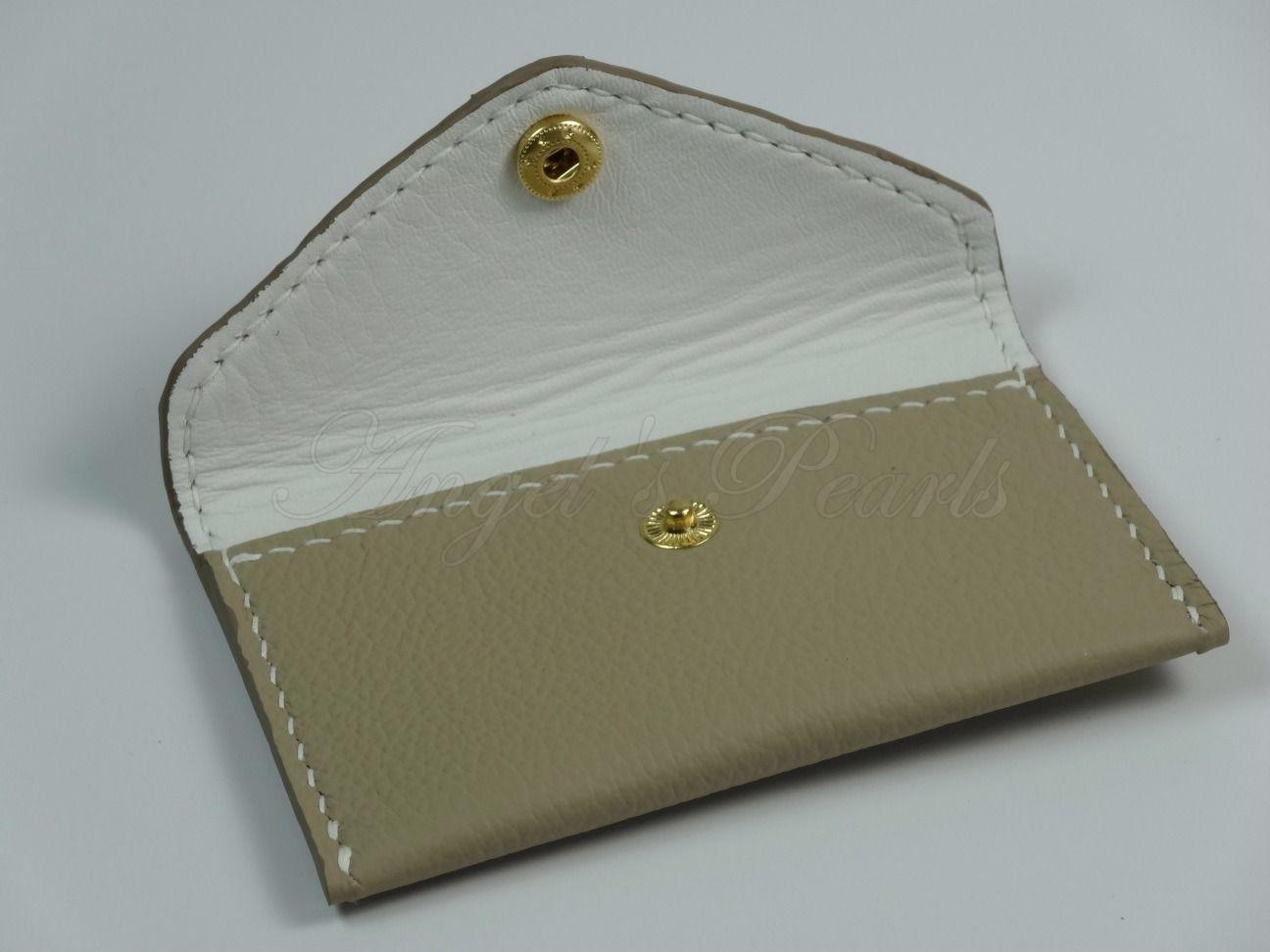 Porte Cartes En Cuir De Forme Enveloppe Dont Son Rabat Se Ferme Avec Un Bouton Visiter