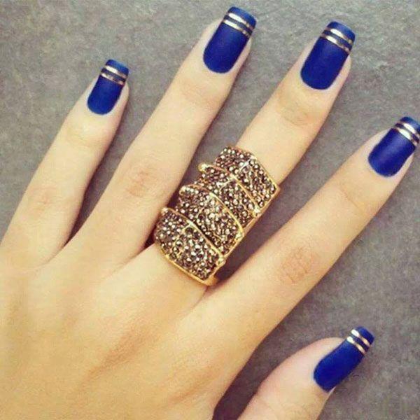 Uñas azul rey con dorado