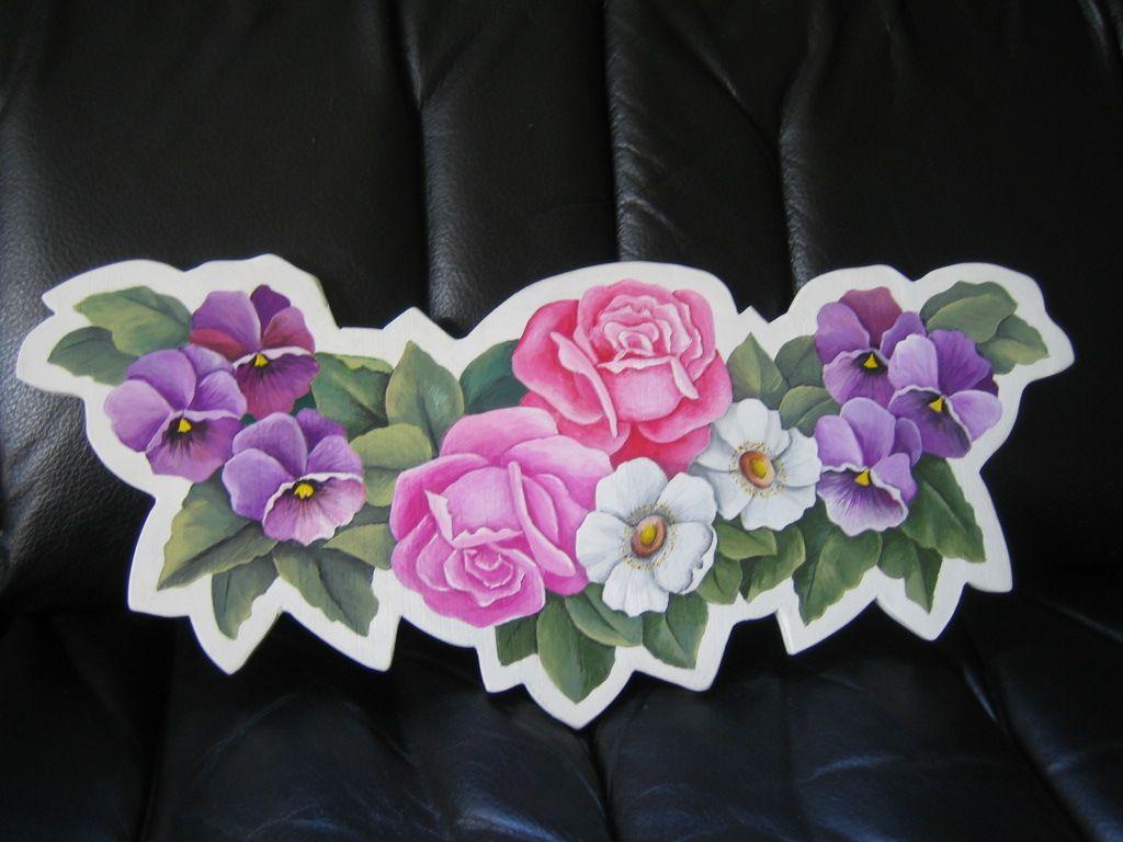Ovikyltti lahjaksi tuttavalle. Kukkakuvion alle laitoin ketjuilla kiinni Tervetuloa + sukunimen kyltin erikseen.