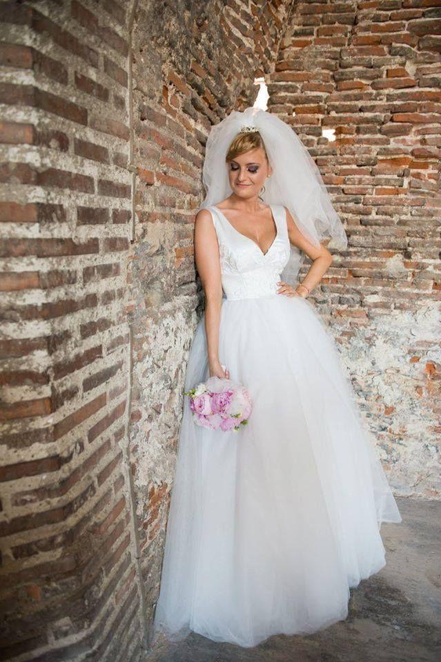 Rochie De Mireasa Din Tulle Si Tafta Cu Flori De Dantela Aplicate