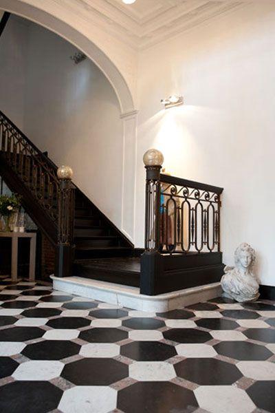 escalier noir carrelage damier noir et blanc mur moulur blanc d co inter resto. Black Bedroom Furniture Sets. Home Design Ideas