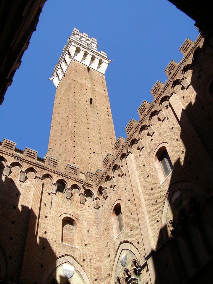La Torre dal Cortile del Podestà. Foto di Giuseppe Prunai