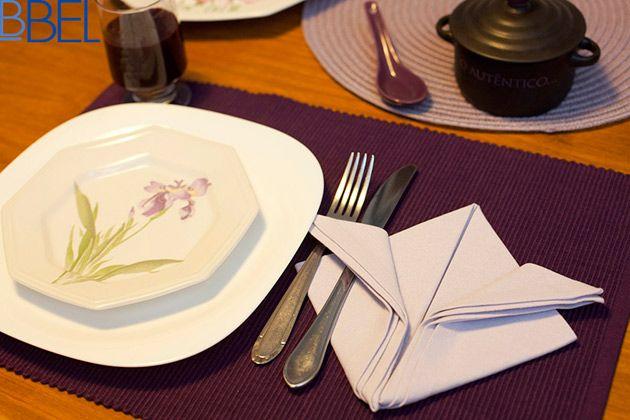 """Mais uma dica para deixar a mesa de refeições linda e florida:<a href=""""http://bbel.com.br/organizacao/post/etiqueta/servicos-de-mesa/como-dobrar-guardanapo-em-forma-de-flor-de-lis"""">como fazer uma flor-de-lis com o guardanapo de tecido</a>. Uma dobradura fácil e elegante que vai demonstrar seu capricho num almoço ou jantar especial."""