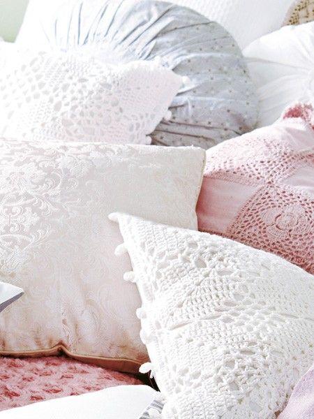 Gehäkelt, bestickt, bedruckt, aus Seide, Samt oder Filz – je mehr Textilien, desto gemütlicher. Für einen harmonischen Eindruck achten Sie darauf, dass kein Kissen farblich hervorsticht.