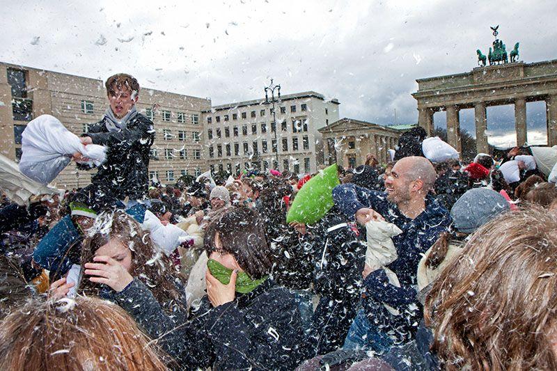 5. Internationaler Kissenschlacht-Tag am Brandenburger Tor 2012 -