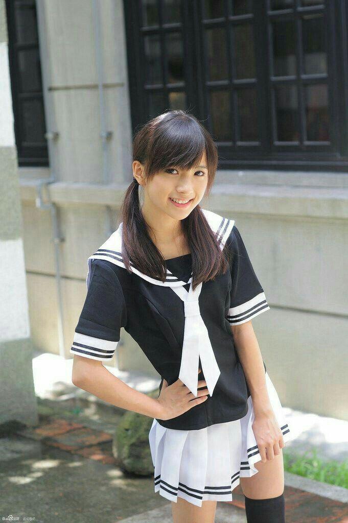 ボード「Asian Girls School Uniform」のピン