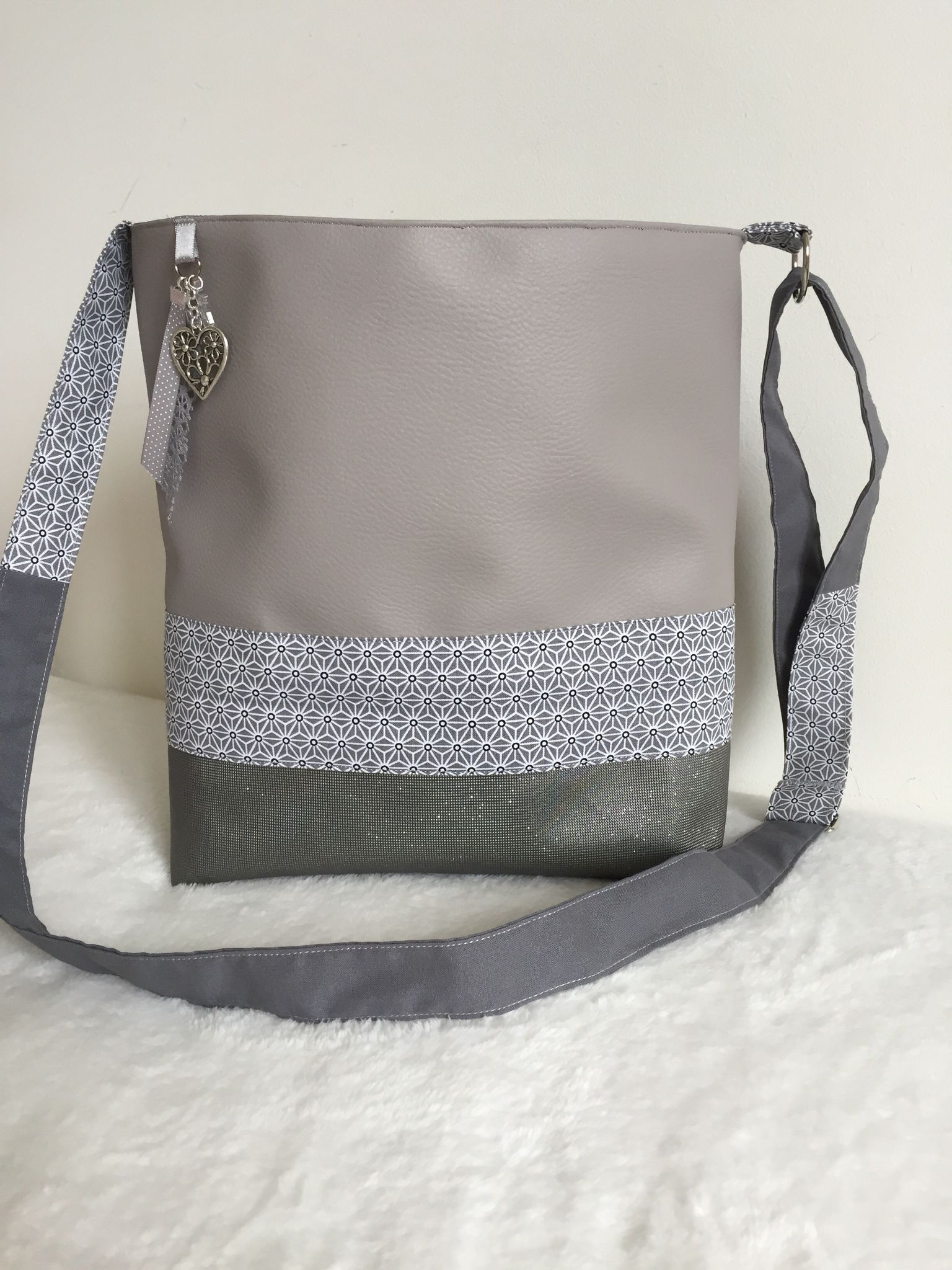 1f75c7bf09c59 Sac bandoulière en simili cuir gris …   BOLSOS Y BOLSITOS   Coutu…