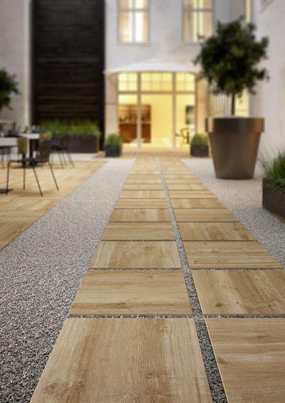 Aménager sa terrasse avec le carrelage en grès cérame effet bois - Allee De Jardin En Pave