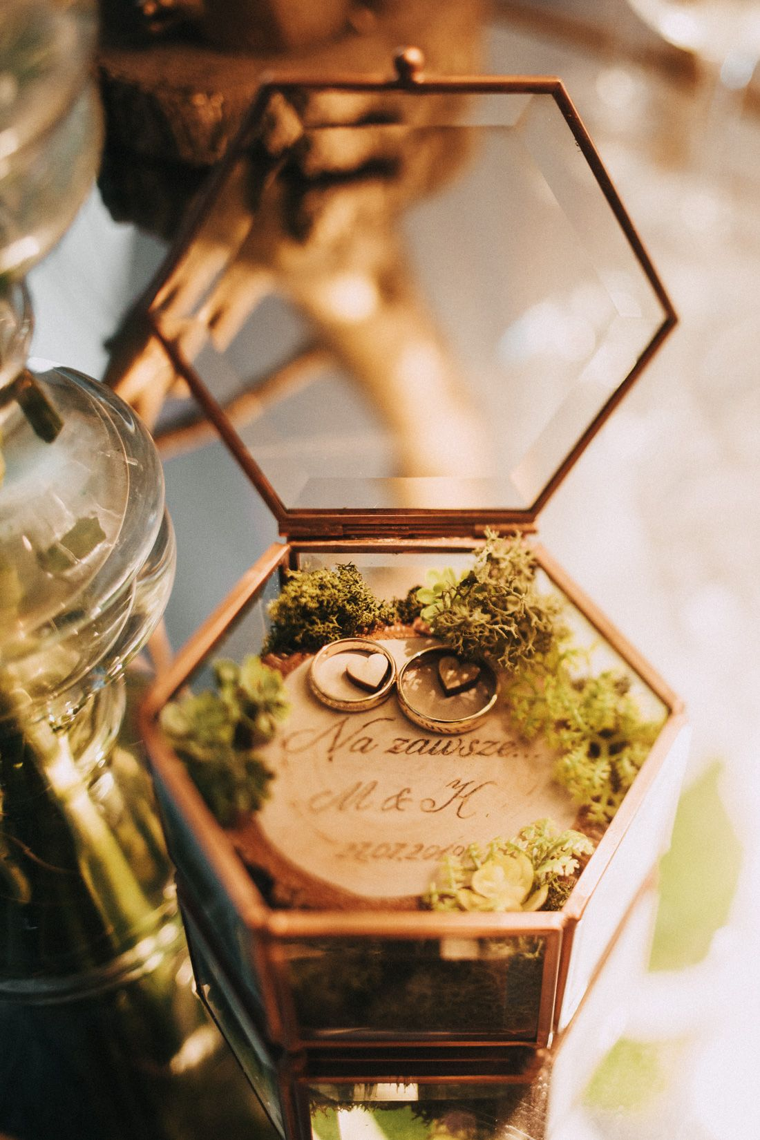 INNA Studio_ glass gold box for wedding rings moss for